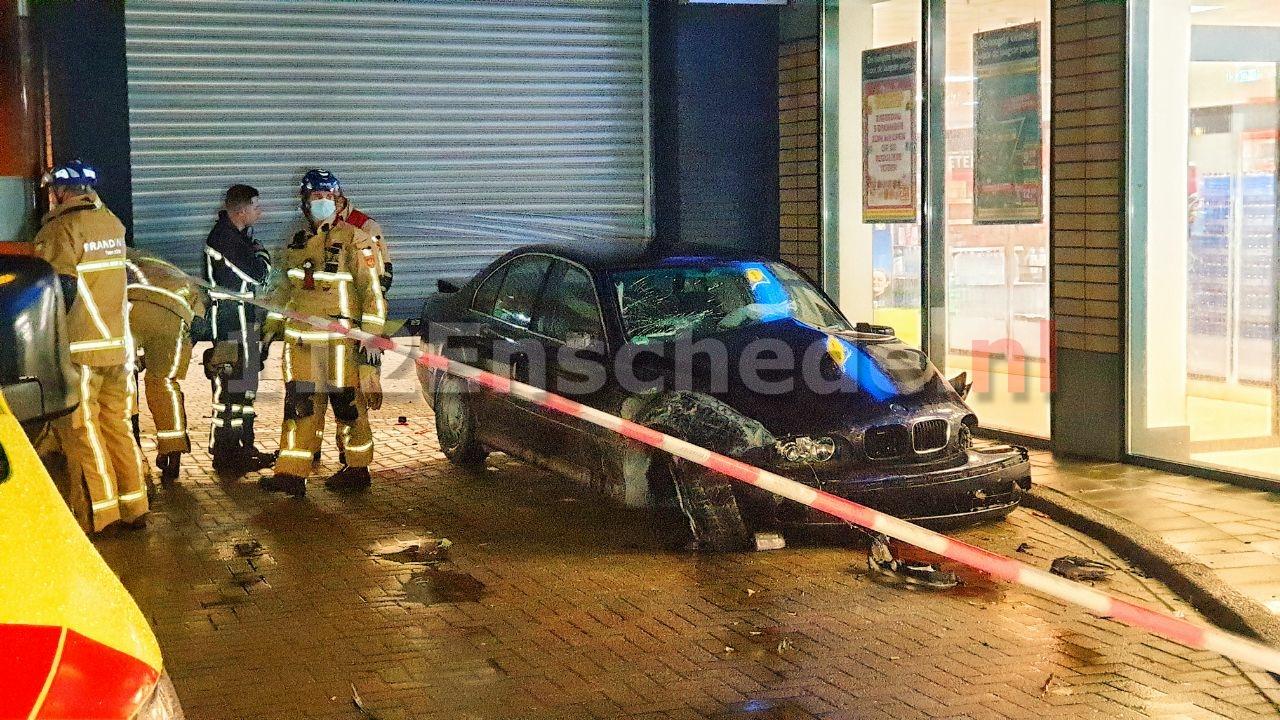 UPDATE (foto): Auto rijdt dwars door magazijn Lidl Enschede