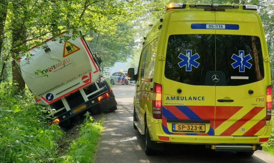 Vuilniswagen raakt van de weg en botst tegen boom in Enschede