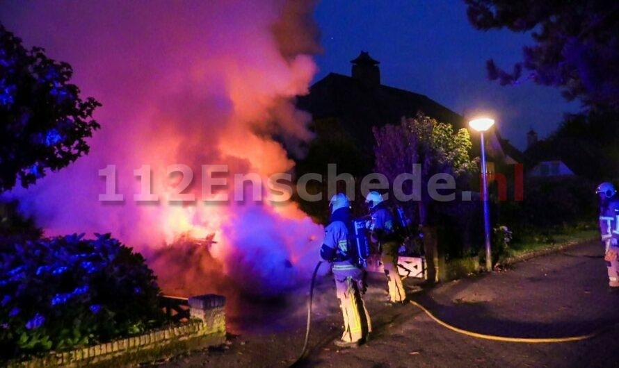 VIDEO: Auto in brand op oprit van woning in Enschede